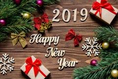 Feliz Año Nuevo 2019 Regalos y malla de la Navidad en el fondo de madera Imágenes de archivo libres de regalías