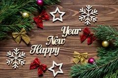 Feliz Año Nuevo Título lujoso universal en el fondo de madera con los arcos de la cinta, las bolas de la Navidad, copos de nieve  Foto de archivo libre de regalías