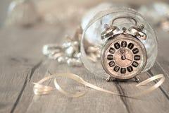 ¡Feliz Año Nuevo! Tarjeta de felicitación con el despertador del vintage Foto de archivo