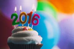 Feliz Año Nuevo 2016 velas del cumpleaños en la torta Imágenes de archivo libres de regalías