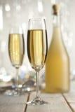 Feliz Año Nuevo - vidrios del champán y de la botella Foto de archivo