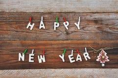 Feliz Año Nuevo y árbol de navidad en fondo de madera Fotos de archivo libres de regalías