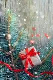 Feliz Año Nuevo y Feliz Navidad Ascendente cercano del regalo Fotografía de archivo libre de regalías