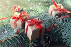 Feliz Año Nuevo y Feliz Navidad Ascendente cercano del regalo Imágenes de archivo libres de regalías