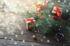 Feliz Año Nuevo y Feliz Navidad Ascendente cercano del regalo Foto de archivo libre de regalías