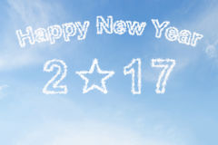 Feliz Año Nuevo 2017 y nube de la forma de la estrella en el cielo Fotografía de archivo libre de regalías