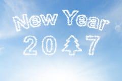 Feliz Año Nuevo 2017 y nube del árbol de navidad en el cielo azul Fotografía de archivo