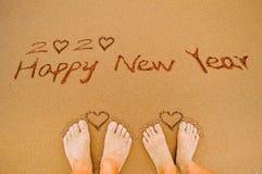 Feliz Año Nuevo 2020 y pies del amante Fotos de archivo libres de regalías