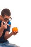 Feliz adolescente de hacer experimentos con las frutas Fotografía de archivo libre de regalías