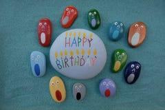 Feliz aniversario com os gritadores imagens de stock royalty free