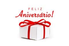 Feliz Aniversario ! dans la langue portugaise : Joyeux anniversaire ! message textuel et boîte-cadeau blanc de carton avec le rub Photos libres de droits