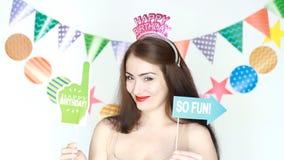 Feliz aniversario Decoração para a celebração A menina engraçada sorri, pisc e realiza na placa das mãos - assim divertimento Ret filme