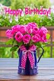 Feliz aniversario do texto do ramalhete de Rosa Fotografia de Stock Royalty Free