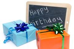 Feliz aniversario escrito em um quadro-negro da ardósia com presentes Imagem de Stock Royalty Free