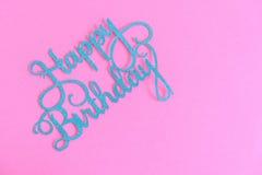 Feliz aniversario escrito em uma bandeira roxa, fundo, cumprimentos do cartão de aniversário Foto de Stock