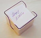 Feliz aniversario escrito no cubo da nota. Imagens de Stock