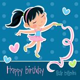 Feliz aniversario - menina pequena adorável da bailarina - fundo azul com pontos e corações Fotografia de Stock Royalty Free