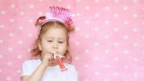 Feliz aniversario Partido celebration O chifre engraçado do sopro da criança, sorrindo, tem o divertimento, ri e comemora-o Retra filme