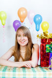 Feliz aniversario. Rapariga atrativa com presentes Imagens de Stock Royalty Free