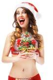 Feliz Año Nuevo Doncella alegre juguetona de la nieve con el pequeño árbol de navidad Imagen de archivo libre de regalías