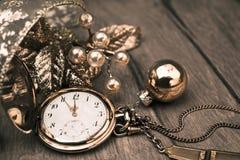 ¡Feliz Año Nuevo 2015! Tarjeta de felicitación con el reloj del bolsillo del vintage Imagen de archivo