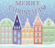 Feliz case la postal de la ciudad del invierno de la Navidad Imágenes de archivo libres de regalías