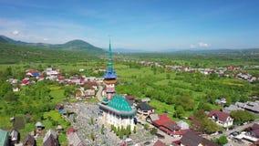 Feliz cementerio de Maramures Rumania Tiroteo del aire almacen de metraje de vídeo