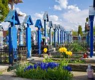 Feliz cementerio en Sapanta, Maramures, Rumania fotografía de archivo