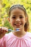 Feliz, chica joven con los dientes del cepillo Fotografía de archivo libre de regalías