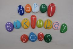 Feliz cumpleaños Boss con las piedras coloreadas sobre la arena blanca imágenes de archivo libres de regalías
