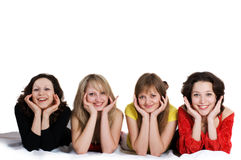 Feliz cumpleaños. Cuatro amigos de muchachas se divierten Foto de archivo