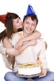 Feliz cumpleaños de dos adolescentes con la torta. Fotografía de archivo libre de regalías