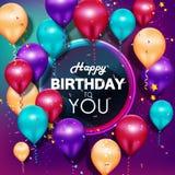 Feliz cumpleaños de los globos coloridos en fondo púrpura Fotos de archivo