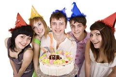 Feliz cumpleaños del grupo adolescente con la torta. Foto de archivo