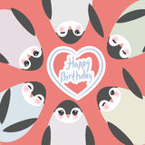 Feliz cumpleaños, pingüinos divertidos en fondo rosado Imágenes de archivo libres de regalías
