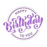 Feliz cumpleaños Tarjeta de letras dibujada mano Ejemplo moderno del vector de la caligrafía Texto violeta del confeti Imágenes de archivo libres de regalías