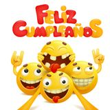Feliz Cumpleanos -在西班牙贺卡的生日快乐与小组黄色emoji漫画人物 免版税库存图片