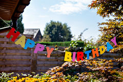 Feliz cumpleaños por las letras coloreadas separadas Foto de archivo libre de regalías