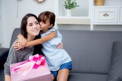 feliz de asiático de la madre y de la hija con el regalo con la cinta y la hija rosadas Fotos de archivo libres de regalías