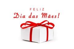Feliz Dia DAS Maes dans le Portugais : Jour heureux de Mothers's ! message textuel et boîte-cadeau blanc de carton avec l'arc r Photographie stock