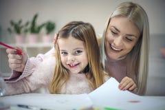 Feliz eduque Madre e hija en el país imagen de archivo libre de regalías