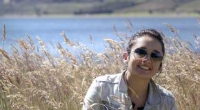 Feliz en el campo de hierba Fotos de archivo