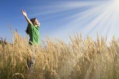Feliz en la hierba imagen de archivo libre de regalías
