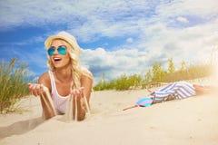 Feliz enrrollado de la mujer de la playa Fotos de archivo