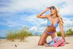 Feliz enrrollado de la mujer de la playa Imagen de archivo libre de regalías