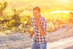 Feliz está o homem que está correndo o conceito de um estilo de vida saudável no sol imagem de stock royalty free