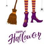 Feliz Halloween con las piernas de las brujas en zapatos y escoba púrpuras Imagen de archivo