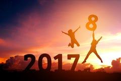 Feliz humano de la silueta por 2018 Años Nuevos Fotografía de archivo