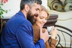 feliz junto Terraço de afago do café dos pares Os pares no amor sentam o terraço do café do abraço para apreciar o café Fim de se imagem de stock royalty free