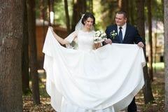 Feliz magnífico elegante romántico apacible por completo de los pares del amor, spr Foto de archivo